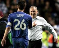 John Terry cumprimenta Avram Grant, Chelsea-Liverpool, meia-final da Liga dos Campeões em Stamford Bridge