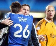 John Terry abraça Frank Lampard sob o olhar de Reina, Chelsea-Liverpool, meia-final da Liga dos Campeões em Stamford Bridge