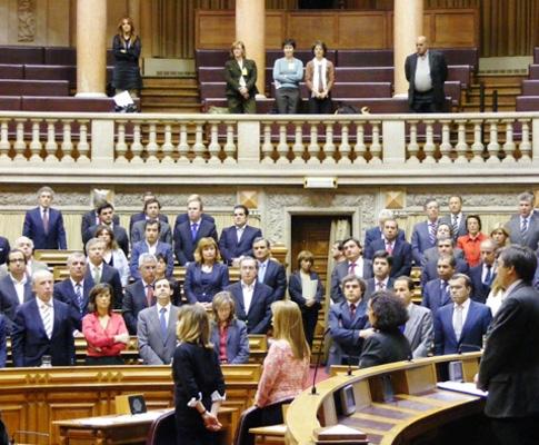 Um minuto de silêncio no Parlamento pelas vítimas do sismo na China