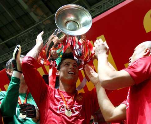 Ronaldo ergue a taça em Moscovo (EPA/Michael Steele )
