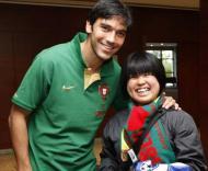 Paulo Ferreira e a sua fã japonesa (Foto Francisco Paraíso/FPF)