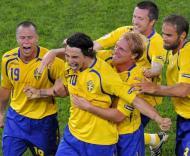Ibrahimovic abraçado pelos companheiros após marcar o primeiro golo durante o Grécia-Suécia, do Grupo D do Euro-2008
