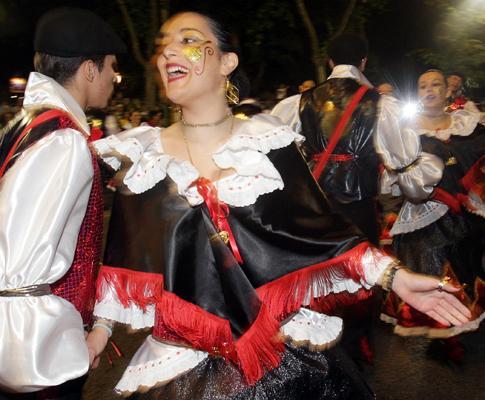 Desfile das marchas populares onde 20 bairros de Lisboa são representados