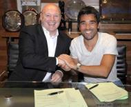 Peter Kenyon, director geral do Chelsea, e Deco, ex-Barcelona, após a assinatura do contrato