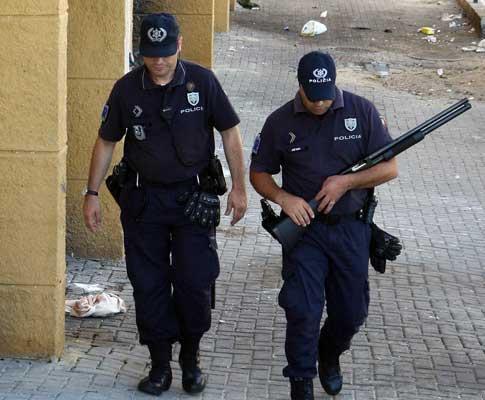 Polícias patrulham as ruas do Bairro da Quinta da Fonte