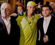 Ronaldinho do Barcelona para o Milan (Foto EPA)