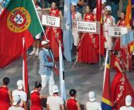 Nelson Évora, porta-estandarte, lidera desfile de Portugal durante a cerimónia de abertura dos Jogos Olímpicos de Pequim