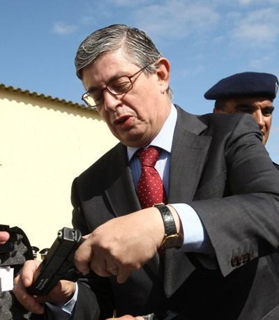 Entrega de armas à PSP e GNR