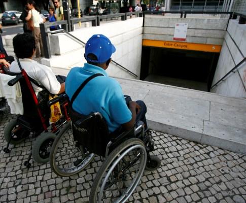 Pessoas com mobilidade reduzida impossibilitadas de usa transportes públicos