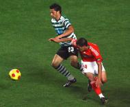 Hélder Postiga em disputa com Maxi Pereira
