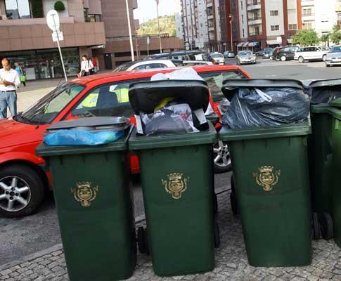 Greve: lixo acumula-se nos contentores em dia de greve da Função Pública