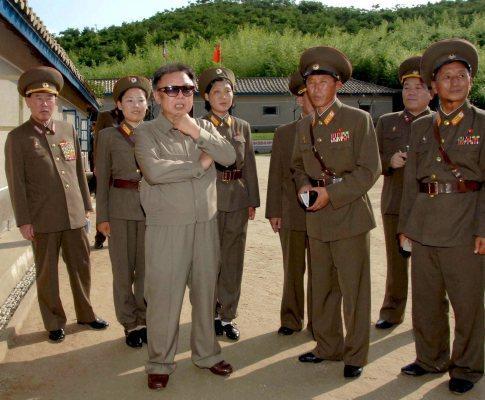 Kim Jong-il ao centro, de óculos com militares norte-coreanos