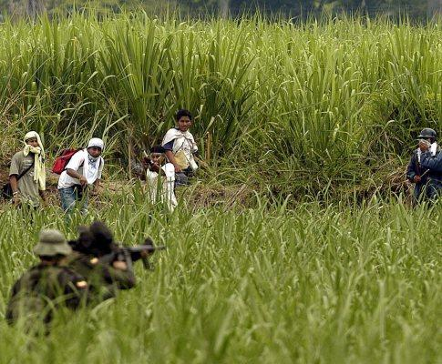 Indígenas contra polícia na Colômbia