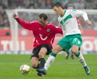 Sérgio Pinto (Hannover) em luta com Mesut Oezil (Werder Bremen)