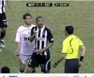 André Luís mostra cartão ao árbitro