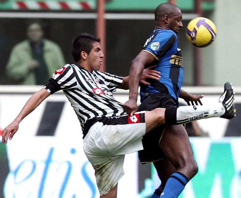 Patrick Vieira (Inter) pressionado por Isla (Udinese)