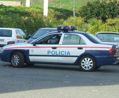 Polícia à porta da escola