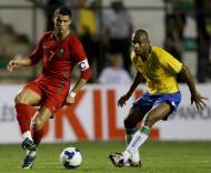 Cristiano Ronaldo (Portugal) pressionado por Maicon (Brasil)