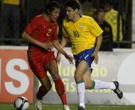 Kaká passa por Bruno Alves