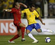 Luís Fabiano remata com Pepe pela frente