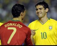 Cristiano Ronaldo cumprimenta Kaká no início do jogo