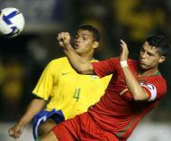 Cristiano Ronaldo pressionado por Thiago Silva