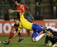 Luís Fabiano em queda entre Quim e Paulo Ferreira