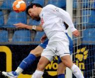Gojko Kacar (Hertha) e Anthar Yahia (Bochum) em luta pela bola