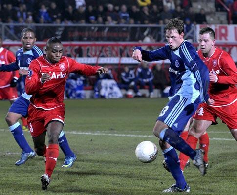Hoewedes e Edson Braafheid lutam pela bola