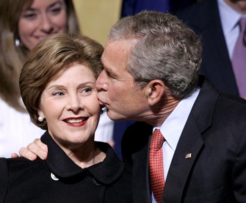 Os anos de Bush (Fevereiro de 2008: beijo público a Laura Bush)