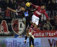 Vandinho (Sp. Braga) e Pinheiro (Trofense) em luta pela bola