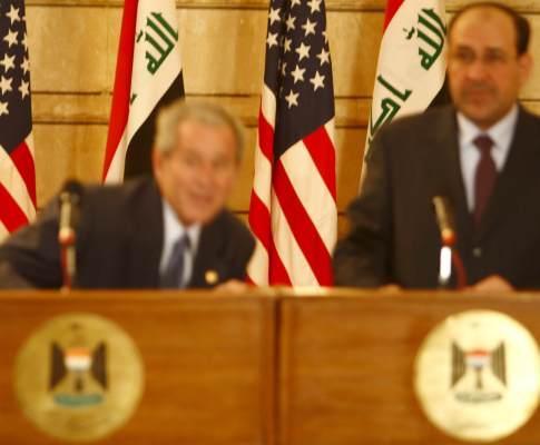 Jornalista tenta atingir presidente Bush