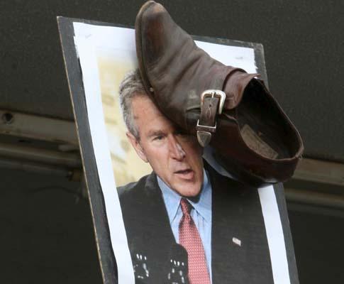Manifestantes exigem libertação de jornalista que atirou sapatos a Bush