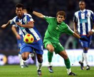 Guarin (F.C. Porto) e Leandro Lima (V. Setúbal) em luta pela bola