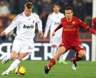 David Beckham (Milan) pressionado por Matteo Brighi (Roma)