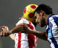 Zé Manel (Leixões) em luta com Benítez (F.C. Porto)