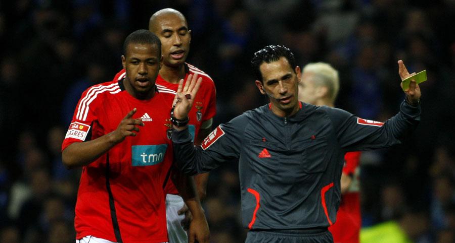 Luisão e Sidney perseguem Proença depois do penalty