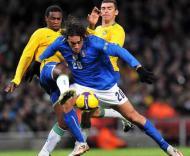 Luca Toni luta com Lúcio e Juan no Brasil-Itália