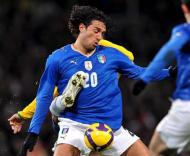 Luca Toni tenta proteger a bola