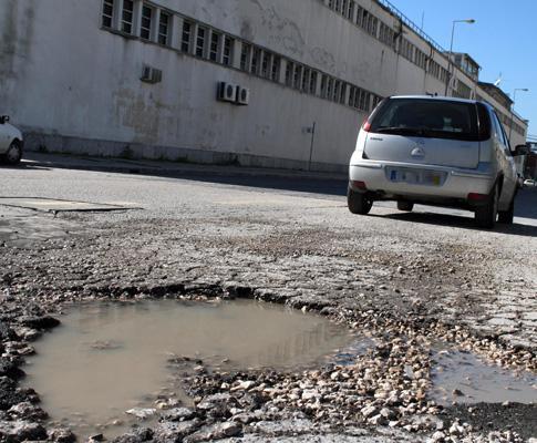 Ruas de Lisboa cheias de buracos
