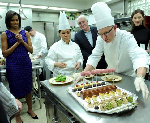 Michelle Obama e aprendizes de cozinheiros