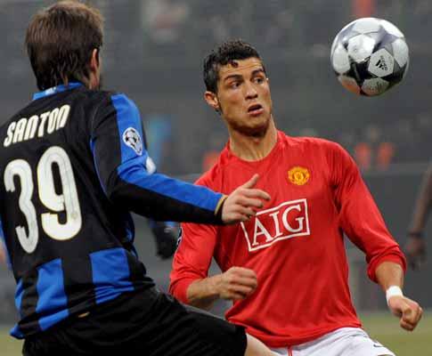 Cristiano Ronaldo e Davide Santon, durante o Inter-Manchester United