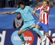 Lucho Gonzalez e Diego Forlan, durante o At. Madrid-F.C. Porto