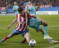 Tomas Ujfalusi e Lisandro Lopez, durante o At. Madrid-F.C. Porto