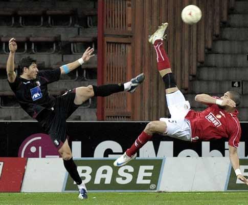 Leone em lance acrobático com um adversário do Standard