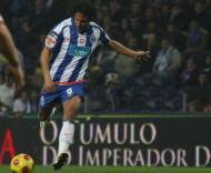 Bruno Alves tenta o remate