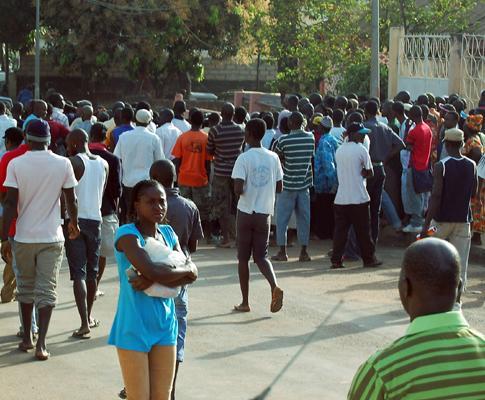 Populares reúnem-se junto à casa do Presidente da Guiné-Bissau, Nino Vieira, assassinado