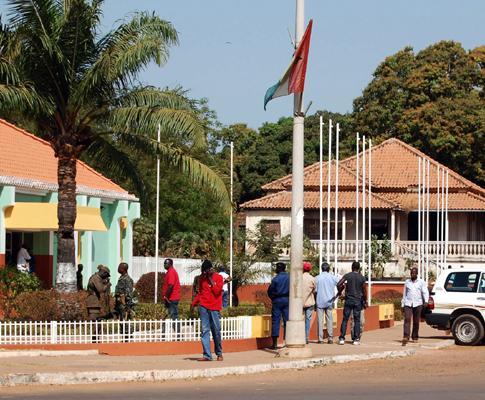 Populares junto ao Gabinete do Primeiro-ministro, Carlos Correia, onde decorre a reunião de emergência do Conselho de ministros, 2 de Março 2009, em Bissau, na Guiné-Bissau