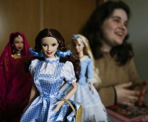 Sara Gomes, coleccionadora de Barbies de Barcarena