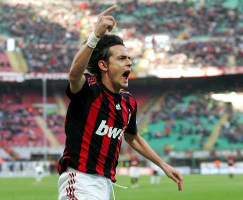 Pippo Inzaghi festeja golo marcado à Atalanta